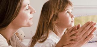 Mãe e filha orando