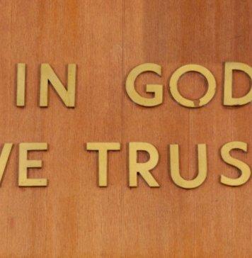 """""""In God We Trust"""" está inscrito acima da cadeira de um juiz da Suprema Corte do Estado de Nova York"""