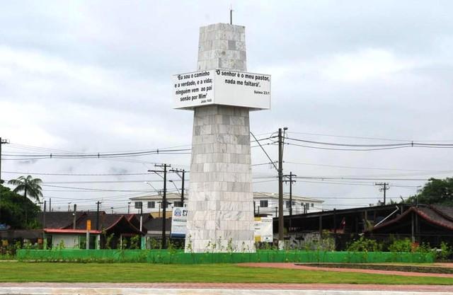 Praça da Bíblia tem obelisco com quatro lados, ocupados por versículos bíblicos (Foto: Amauri Pinilha/PMPG)