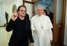 Bono, líder do U2, se encontra com o papa Francisco