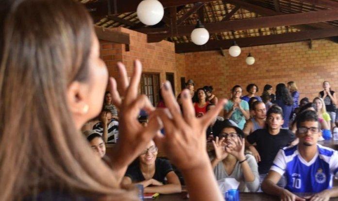 Professora ensina a língua brasileira de sinais (Foto: Lagoinha)