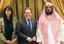 Os comissários dos EUA Nadine Maenza e Johnnie Moore ao lado do presidente saudita da CPVPV Sheikh Abdullah Al-Sanad. (Foto: Comissão de Liberdade Religiosa dos EUA)