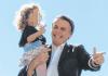 Bolsonaro ensina criança a fazer sinal de arma de fogo