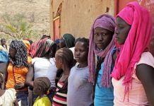Cristãos reunidos após o culto em igreja do Sudão