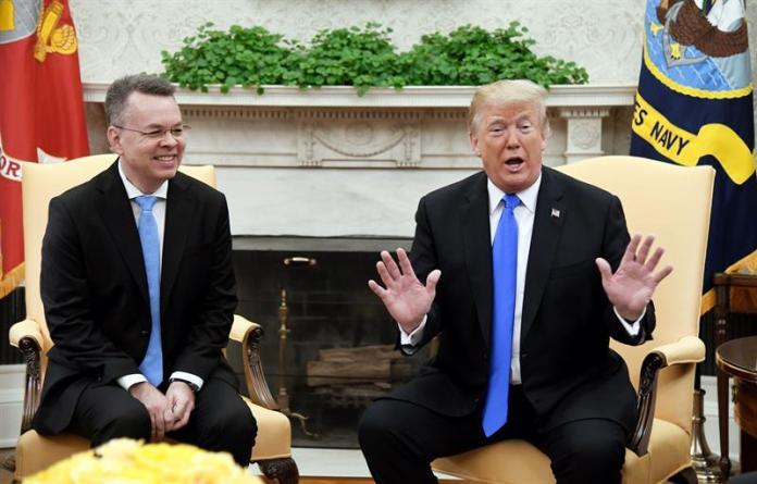 Pastor Andrew Brunson se reúne com o presidente dos EUA, Donald Trump Foto: EFE/EPA/Olivier Douliery