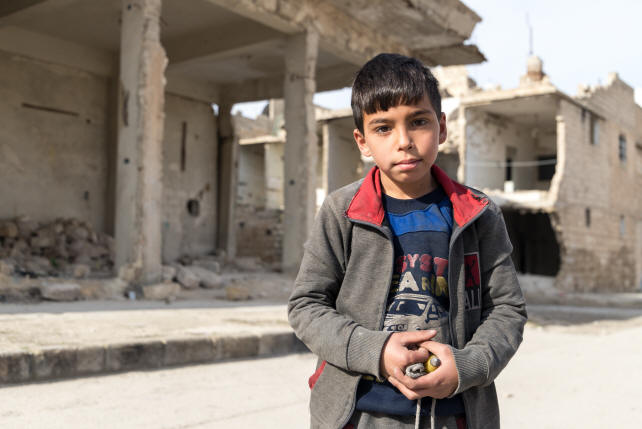 Menino de Aleppo, cidade parcialmente destruída pela guerra (Crédito: Portas Abertas)