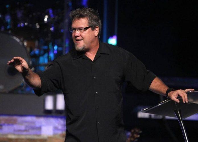 Pastor Scott Crenshaw, líder de uma mega igreja nos EUA, superou o vício em pornografia após ser afastado do cargo devido à descoberta de que acessava conteúdos pornográficos em seu computado, em 2016