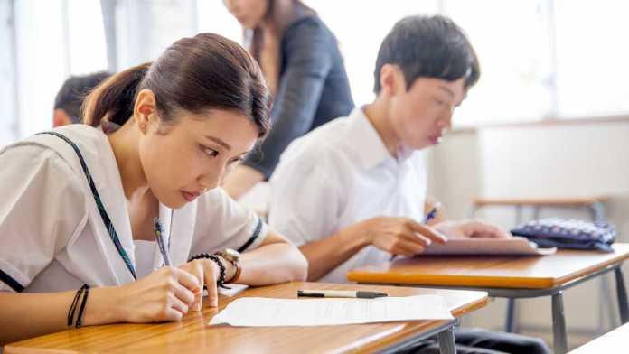 Estudantes em sala de aula na China