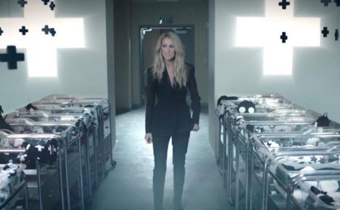 Cena do vídeo de lançamento das roupas infantis sem gênero de Celine Dion