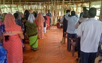 Culto em uma igreja improvisada na Índia