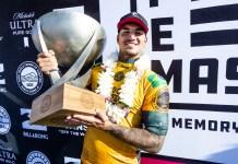 Gabriel Medina com o troféu de bicampeão mundial de surf em 17 de dezembro de 2018