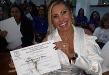 Ângela Bismarchi com o diploma de curso de Teologia
