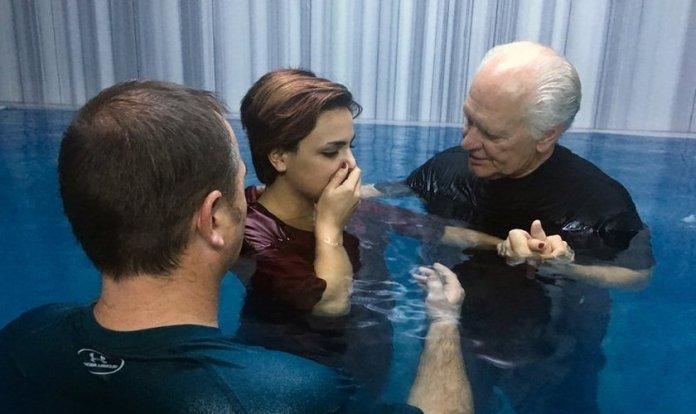 Pastores Karl Vickery e Rick Robinson batizaram a refugiada iraniana Sabah Allahvardi, 22 anos, em um balneário turco em Denizli. (Foto: Fariba Nawa).