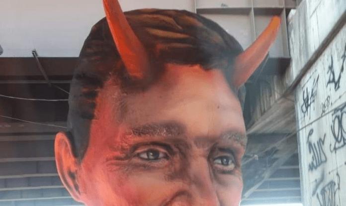 Marcelo Crivella é caracterizado como diabo em escultura por escola de samba carioca (Foto: Reprodução Redes Sociais)