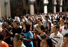 Cristãos em uma igreja na Indonésia
