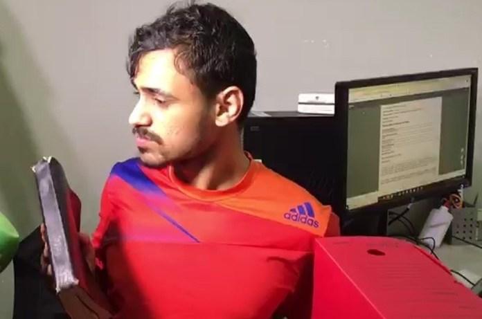 José Diego dos Santos segura Bíblia enquanto fala aos jornalistas que quer deixar a criminalidade. (Foto: Reprodução/TV Paraíba)
