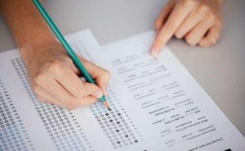 Aluno marca o cartão de resposta da prova do Enem