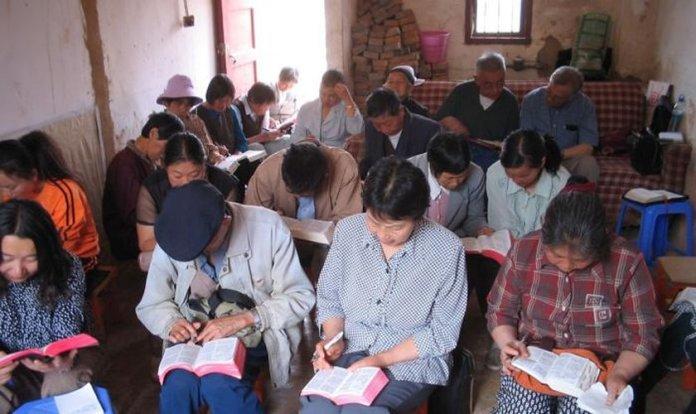 Cristãos se reúnem clandestinamente em casas na China por não poderem frequentar igrejas. (Foto: Reprodução/Ásia News)