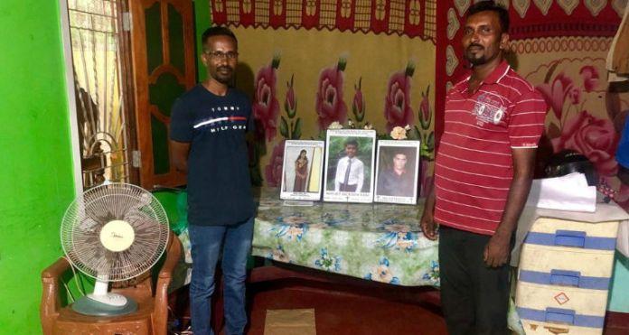 Os cristãos Verl e Nithan mostram fotos da irmã, cunhado e único filho de Verl, mortos no ataque na Páscoa, em Sri Lanka