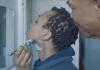 Anúncio da Gillette mostra pai ensinando filha que se identifica como homem a se barbear. (Foto: Reprodução/Facebook)
