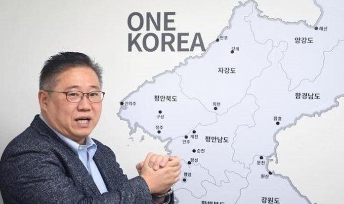 Pastor Kenneth Bae com um mapa mostrando uma Coreia unificada. (Foto: Kenneth Bae/Facebook)