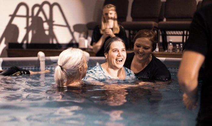 Mulher sorri durante batismo. A igreja no interior dos EUA já batizou milhares de pessoas. (Foto: Christ Fellowship Church)