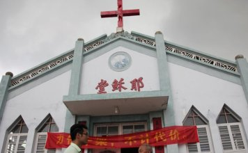 Igreja na China com uma cruz no topo (Foto: Japan Times)
