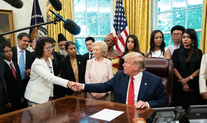 Trump recebe na Casa Branca vítimas de perseguição religiosas de diversos países. (Foto: Reprodução/Voice Of America)