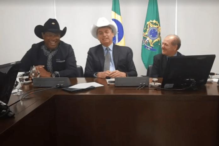 Bolsonaro ladeado pelo apóstolo Valdemiro Santiago |(esq) e pelo deputado missionário José Olímpio- 12/07/2019 (Facebook/Reprodução)