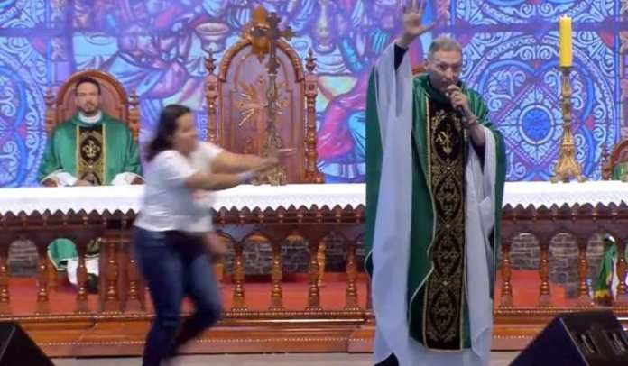Mulher empurra padre Marcelo Rossi. (Foto: Reprodução / Canção Nova)