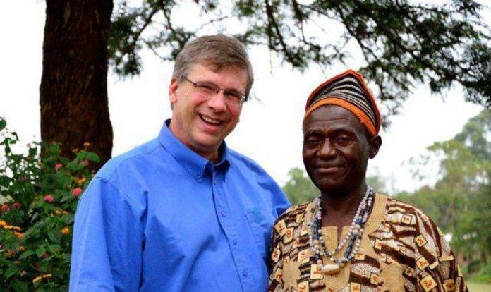 Tradutor da Bíblia Angus Fung (à direita) posa para uma foto com o Presidente da Tearfund Canadá Wayne Johnson (à esquerda) em Wum, Camarões. (Foto: Alex Nicholls)