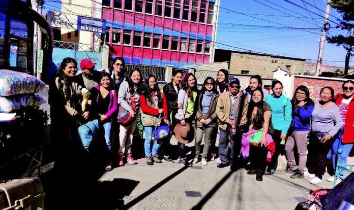 Última foto feita com parte dos jovens médicos voluntários antes de seguir viagem para a cidade de Apolo interrompida por acidente. (Foto: Reprodução/Página Siete)