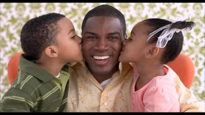 Homenagem ao Dia dos Pais: Pai sendo beijado pelos filhos