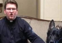 Padre Jacek Kowal e seu cão Cesar (Foto: Reprodução)