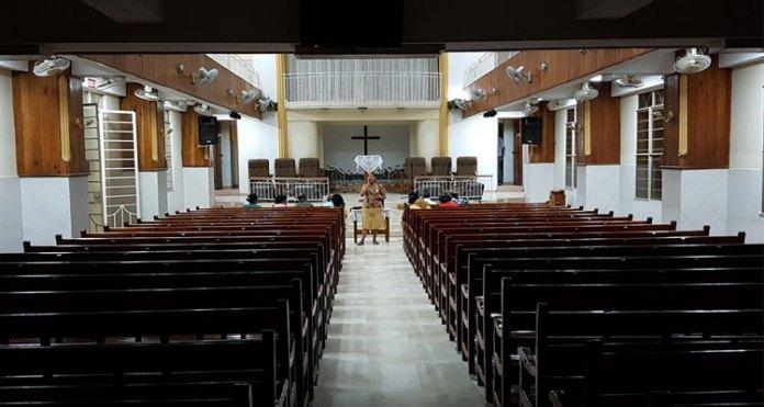 Cristãos durante culto em uma igreja de Cuba
