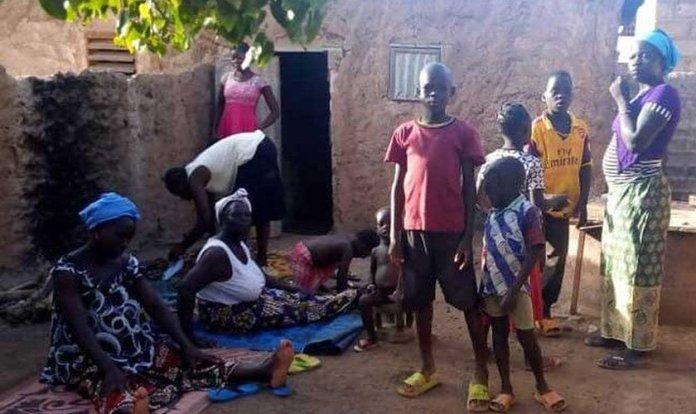 Mulheres e crianças cristãs que fugiram dos ataques em Burkina Faso. (Foto: Reprodução/BF)