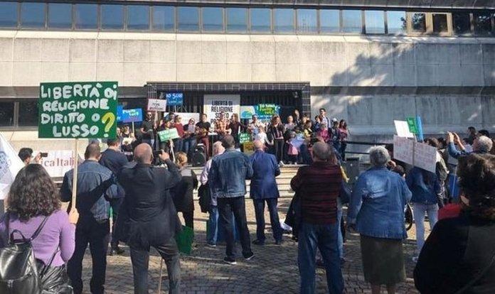 Manifestantes protestam em Milão após fechamento de igreja evangélica. (Foto: Reprodução/Damaris Marletta)