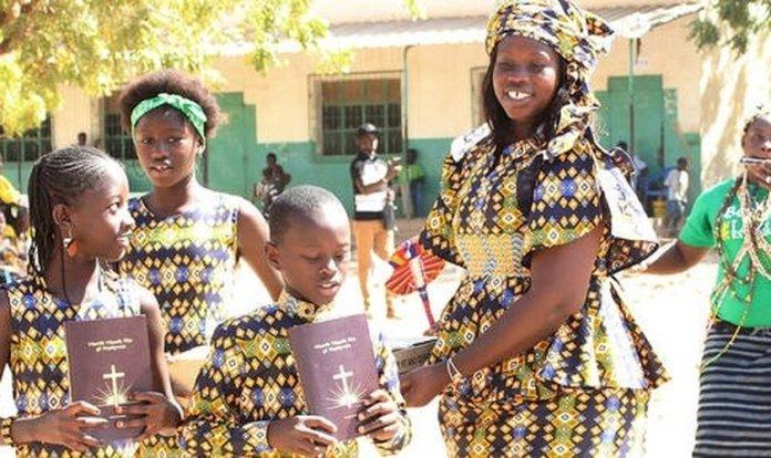 Comunidade da África com a Bíblia traduzida em seu idioma. (Foto: Reprodução/Premier)