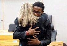Brandt Jean abraça a ex-policial Amber Guyger, condenada a 10 anos de prisão por matar seu irmão.