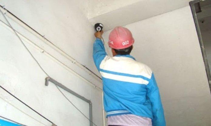 Funcionário do governo instalando uma câmera de vigilância. (Foto: Reprodução/Bitter Winter)