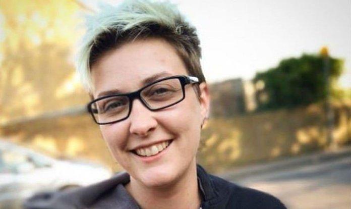 A jovem Charlie Evans deixou de ser publicamente transgênero. (Foto: Reprodução/Fempositive)