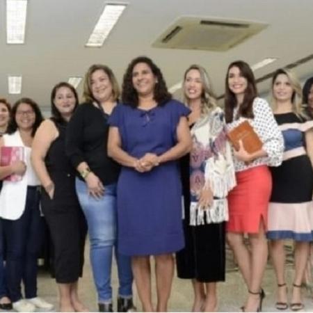 Líderes e pastoras com Jaqueline Moraes, no centro de vestido azul Imagem: Reprodução