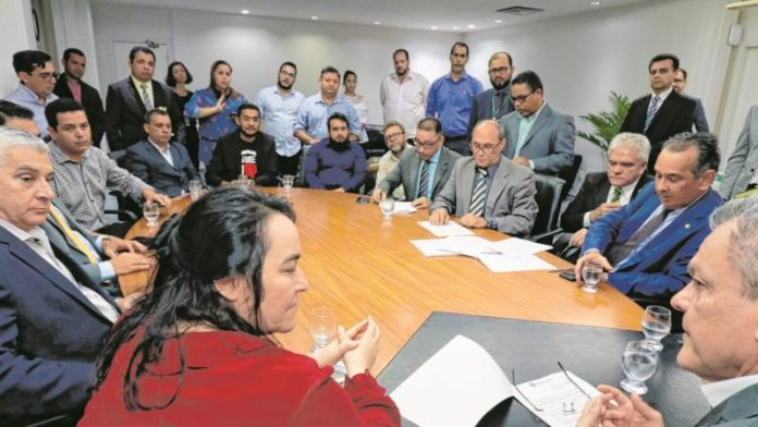 Grupo de pastores na Assembleia Legislativa do Ceará para reunião com o presidente José Sarto para pedir a retirada do projeto de lei do PT (Foto: Bia Medeiros/Assembleia Legislativa)