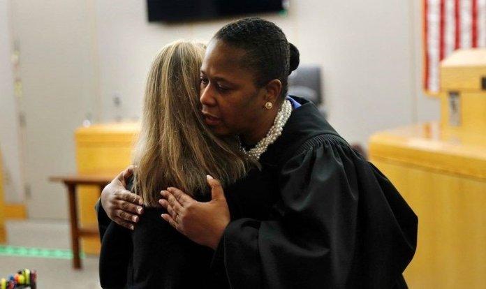 Juíza Tammy Kemp abraça a ex-policial Amber Guyger, condenada a 10 anos de prisão pela morte de um inocente no Texas. (Foto: Tom Fox / Dallas Morning News)