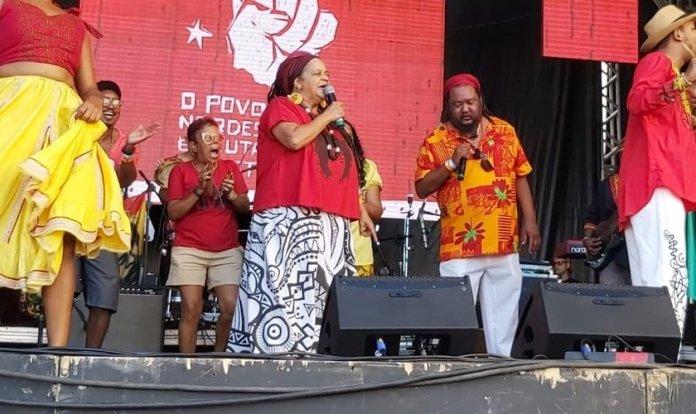 Mãe de Santo Elizabeth de Oliveira discursou durante o Festival Lula Livre, em Pernambuco. (Foto: Foto: Douglas Hacknen/Portal de Prefeitura)