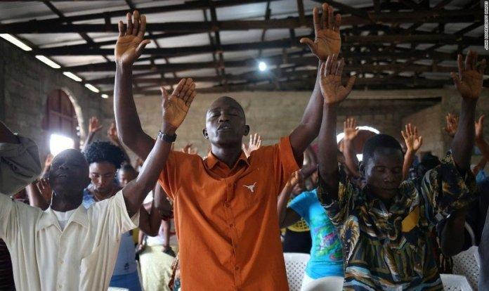 Cristãos em momento de adoração no Oeste da África. (Foto: John Moore/Getty Images)