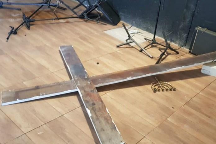 Cruz caída no chão após vandalismo na igreja evangélica Sara Nossa Terra, no DF