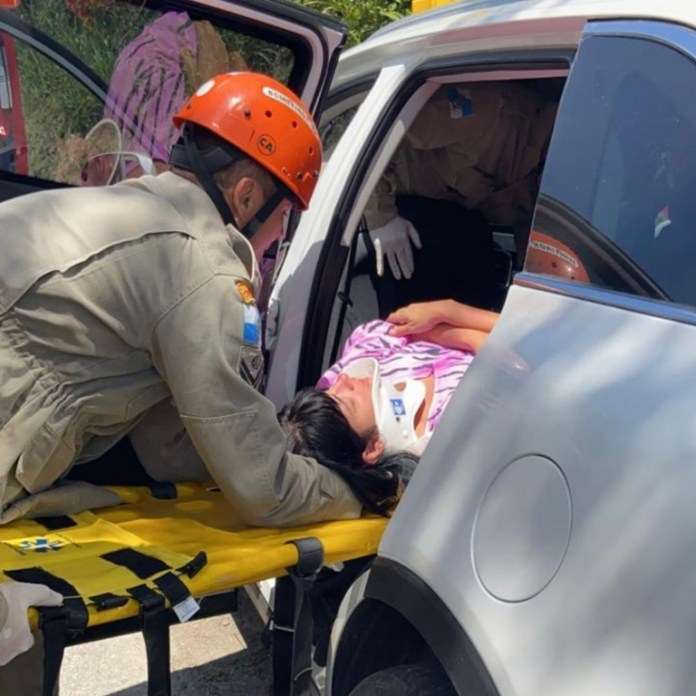 Fernanda Brum sendo socorrida após acidente de carro nesta sexta-feira, 22 de novembro de 2019