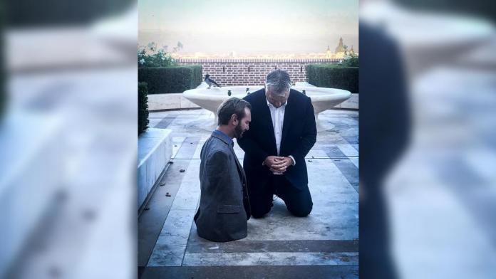 Primeiro-ministro da Hungria, Viktor Orban, ajoelhado orando com o evangelista Nick Vujicic.