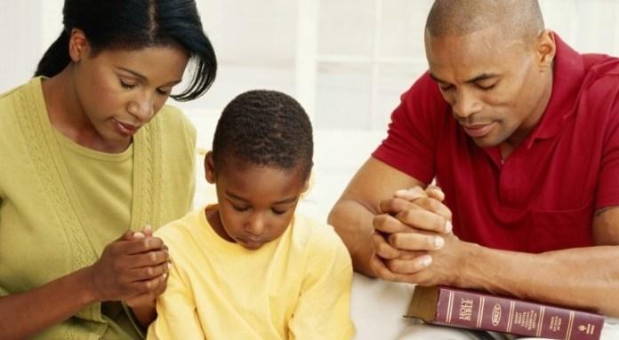 Família orando